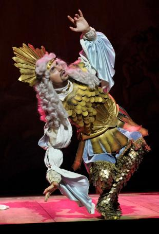 Xerxes (Valer Sabadus) in all his bling, ready for the final chorus © Hans Joerg Michel
