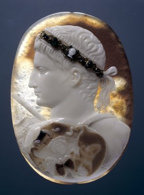 The Divine Augustus (The Blacas Cameo), three-layered sardonyx cameo with later (medieval?) jewelled diadem, 14-20 AD, British Museum, London © The Trustees of the British Museum