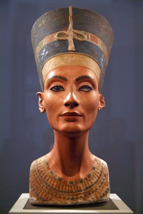 Bust of Nefertiti carved by the Egyptian sculptor Tuthmosis. Neues Museum, Berlin